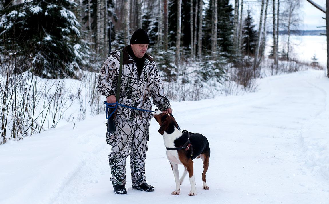 Metsästäjä ja hänen koira.